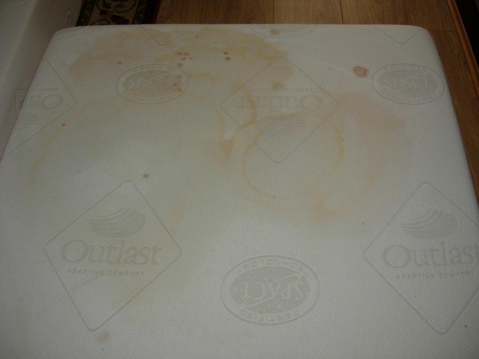 Plamy na materacu - czyszczenie materacy odkurzaczem piorącym